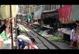 Video: Making a living in Mae Klong railway market
