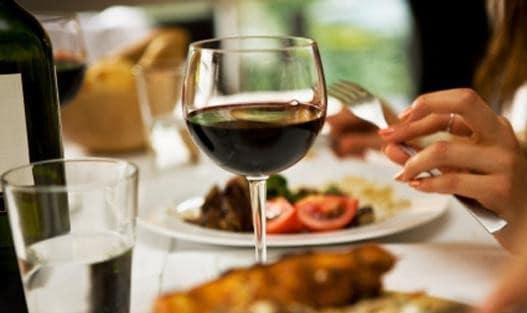 تیغیدن شرابهای گرانقیمت شاهزاده پهلوی توسط شریک خوش تیپ فوانسوی