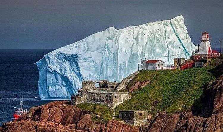 شگفت زدگی مردم از توده عظیم یخ بزرگ تر از کشتی تایتانیک در ساحل ...