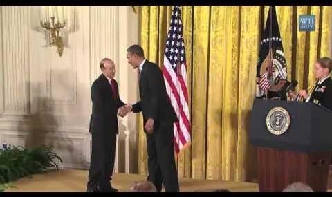 ویدئوی اهدای بالاترین نشان افتخار به یک ایرانی آمریکایی توسط اوباما