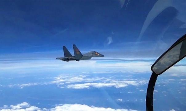 جنگندههای چینی با پرواز پشت رو! یک هواپیمای آمریکایی را در دریای شرقی چین رهگیری کردند