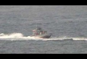 ویدیوی نیروی دریائی آمریکا از لحظه نزدیکی قایقهای سپاه به ناو موشکی نیتزه در خلیج فارس
