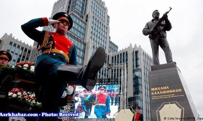 عکس سوتی روسیها در افتخار به مجسمه کلاشینکف! مجسمه یادبود طراح کلاشنیکف با اسلحه نازیهای آلمان!