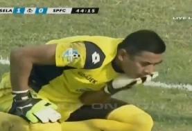 لحظه مرگ دردناک دروازه بان اندونزیایی پس از برخورد با بازیکن حریف