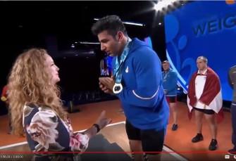 ویدئوی تعجب زن آمریکایی حامی مدال جهانی وزنه ...