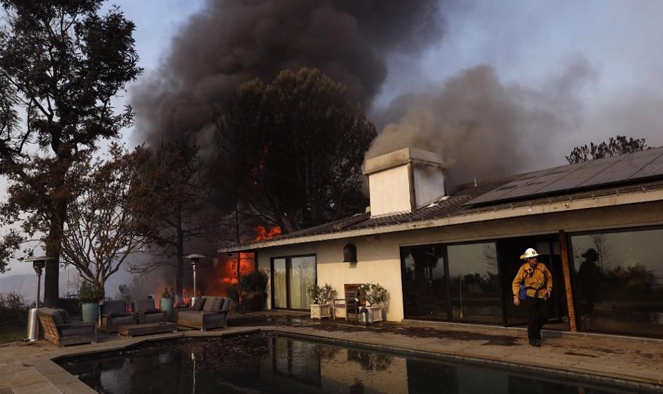 عکس ادامه آتش سوزی مهیب در برخی مناطق ایرانی نشین لس آنجلس: خانه های میلیون دلاری ستارههای هالیوود در بل ایر طعمه آتش