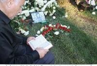 پدر مرحوم میرزاخانی در حال قرآن خواندن بر سر مزار دخترش + عکس