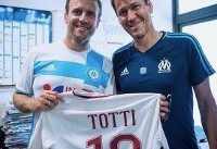 اسطوره یعنی این؛ وقتی رئیسجمهور فرانسه با پیراهن توتی عکس یادگاری میگیرد
