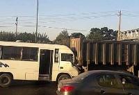 تصادف شدید مینی بوس و کامیون در بزرگراه آزادگان تهران +عکس
