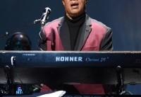خواننده مشهور در اعتراض به ترامپ زانو زد