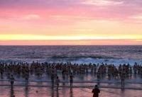 ۴۰۰ شناگر تمام برهنه بریتانیایی تن به آبهای سرد دریای شمال زدند