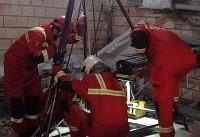آتشنشانان کارگر مقنی را از عمق چاه نجات دادند