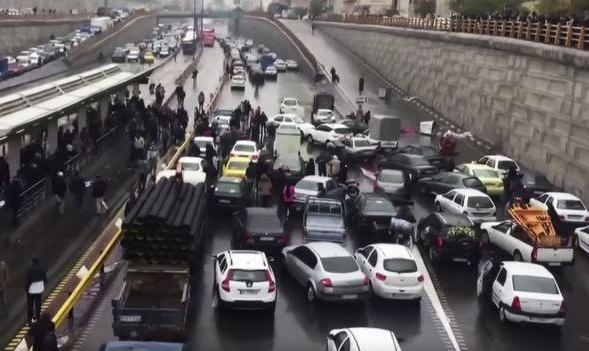 فیلم حرفهای راننده جنجالی کامیون که اتوبان امام علی را با نخاله های ساختمانی در اولین روز اعتراضات بست