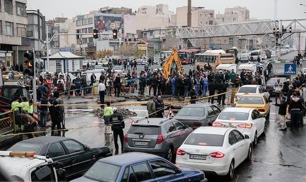 لوله اصلی آب در میدان توحید ترکید ترافیک بدتر شد