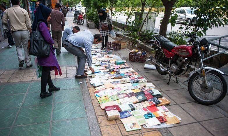 جمع آوری دست فروشان کتابهای سانسور نشده و غیر مجاز خیابان انقلاب تهران