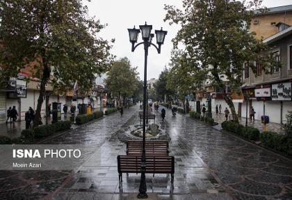 ببینید: قدم زدن در خیابانهای باران و کرونا زده رشت