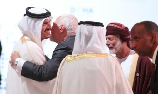 خاور میانه به سمت صلح؟ عکس حضور ظریف در نشست بینالمللی دوحه برای حل اختلافات منطقه ای