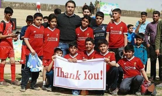 ارسال پیراهنهای مازاد باشگاه لیورپول به تورنمنت خیرخواهانه مهدویکیا برای کمک به زلزله زدگان کرمانشاه