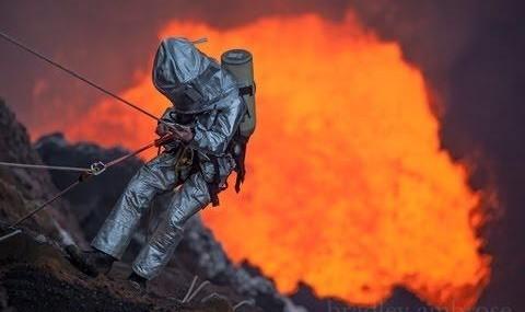 نزدیکترین تماس بشر با دریاچه آتشفشانی (ویدئو)