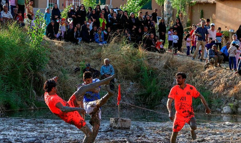 تصاویر فوتشال: فوتبال لذت بخش در گل و لای روستای درب قلعه در ۲۳۰ کیلومتری شیراز