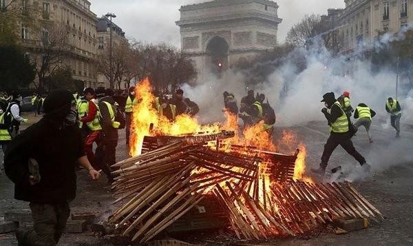 مقاومت مردم نتیجه داد: عقب نشینی دولت فرانسه از افزایش قیمت بنزین