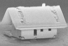 کوچکترین خانه جهان در فرانسه و با استفاده از سیستم نانوکارخانه میکروروباتکس روی شکاف انتهایی یک فیبر نوری ساخته شد