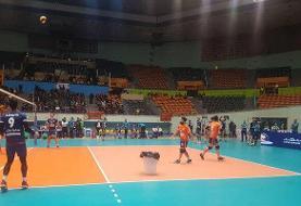 سوراخ آزادی با نایلون ترمیم شد! برگزاری فینال لیگ برتر والیبال کشور ایران با تاخیر: مسئولان از سطل برای جمع آوری آب استفاده کردند!
