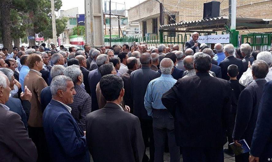 وزیر آموزش و پرورش: یکی از معلمان بازداشت شده در تجمع مقابل سازمان برنامه و بودجه هنوز در بازداشت است