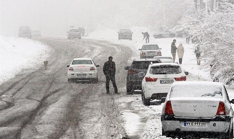 ۲۲ بهمن تمام شد همه سرازیر به تهران! چالوس و هراز یکطرفه شدند: برف جادهها را سفیدپوش کرد