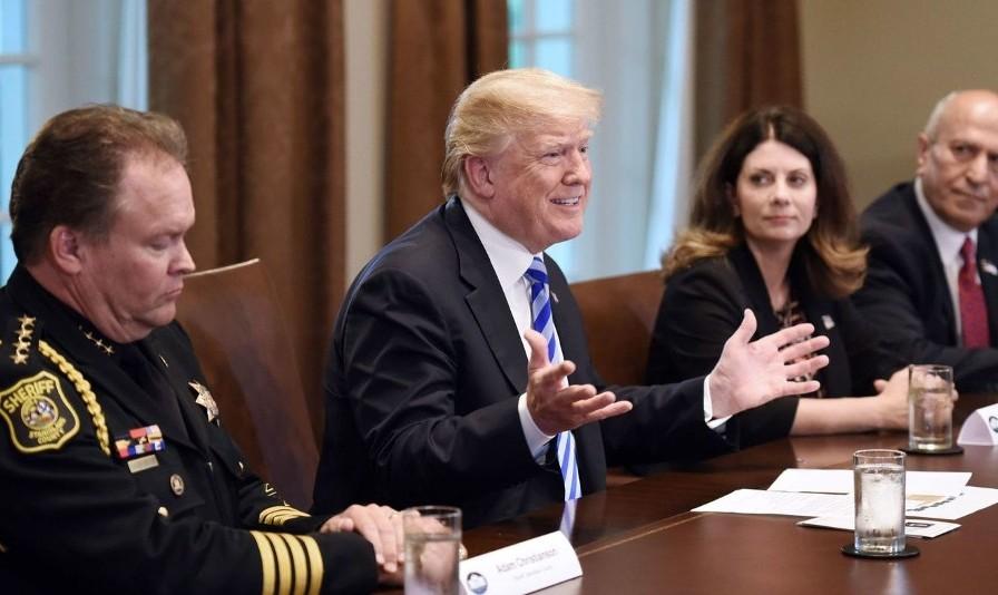 ترامپ در نشست با پلیس کالیفرنیا: مهاجرانی که خود را به آب و آتش میزنند آدم نیستند؛ حیوان هستند!