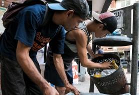 مردم ونزوئلا به زباله خوری افتاده اند: عاقبت اقتصاد نفتی دولتی امنیتی! ونزوئلا ۵ صفر از پول خود را حذف کرد! نرخ تورم یک میلیون درصد!