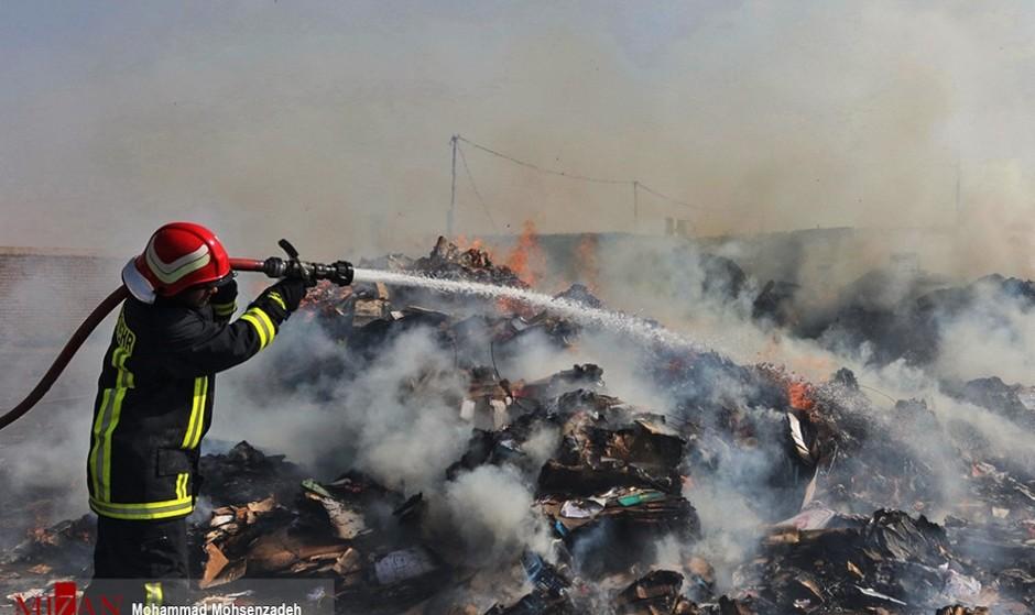 پاساژ لباف میدان امام و انبار نگهداری سوسیس و کالباس حکیمیه در آتش سوختند