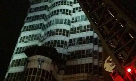 تصاویر آتش سوزی در مجتمع کامپیوتر پایتخت در خیابان میرداماد / ورود بی اجازه مغازه دارها به درون آتش: احتمال تکرار پلاسکو