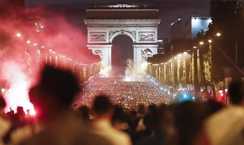 پس از ۱۲ سال فرانسه در فینال جام جهانی: درگیری پلیس پاریس با جمعیت پایکوب خارج از کنترل!