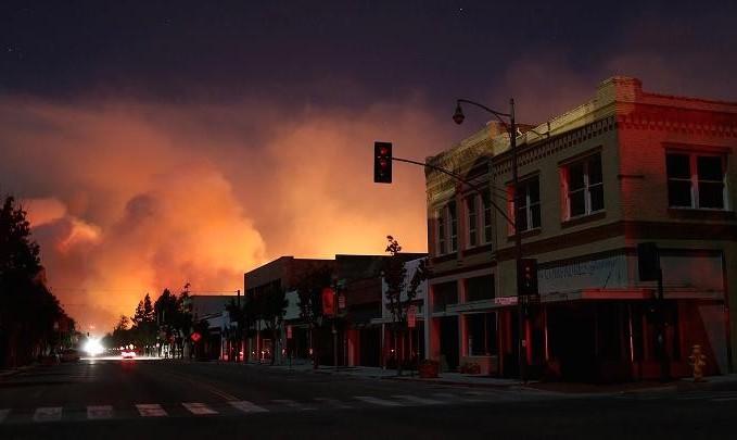 آتش سوزی گسترده در محله اعیان و ایرانی نشین ونتورا در شمال لس آنجلس: ۳۰ هزار نفر منازل خود را ترک کردند
