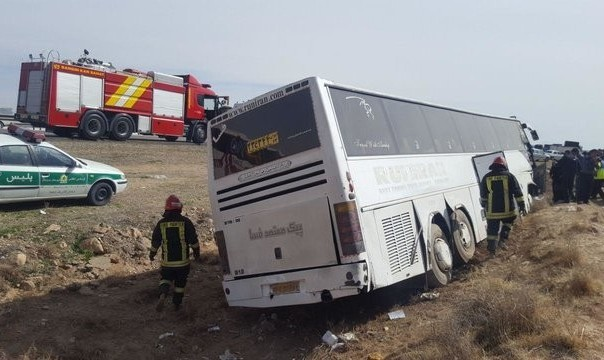 واژگونی اتوبوس حامل زائران پاکستانی عازم کربلا در تویسرکان: ۱ کشته و ۱۰ مجروح