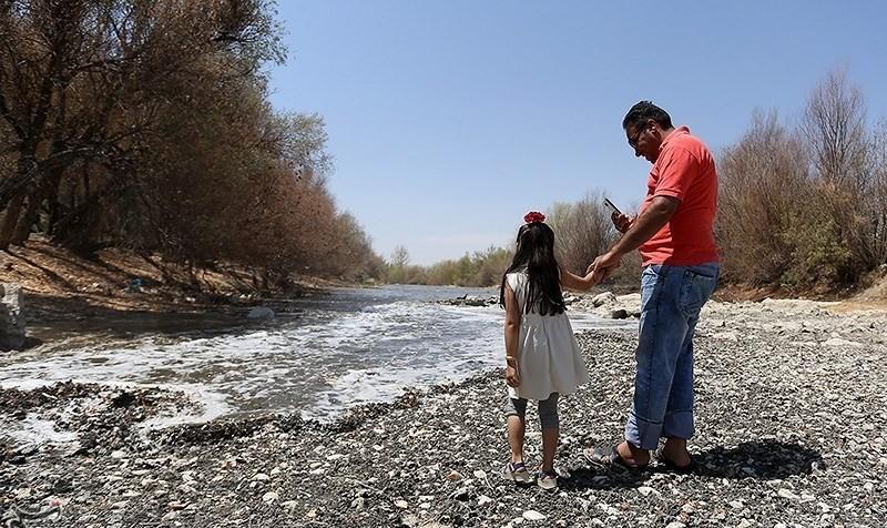 عکس لحظه جاری شدن آب در زاینده رود به مدت ده روز به منظور حفظ باغات اما به شهر اصفهان نمیرسد!