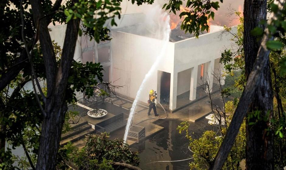 ادامه آتش سوزی گسترده در مناطق ثروتمند و ایرانی نشین حومه لس آنجلس
