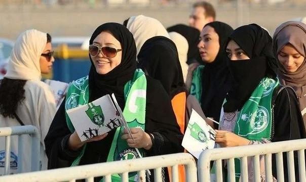 تصاویر روز تاریخی فوتبال عربستان: بر خلاف ایران، عربستان به زنان اجازه ورود به ورزشگاهها را داد