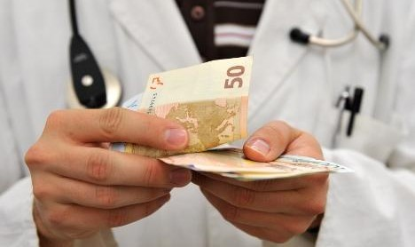 پزشک متخصص ارتوپدی به جرم عرضه پروتزهای تقلبی به ارزش میلیاردها تومان بازداشت شد
