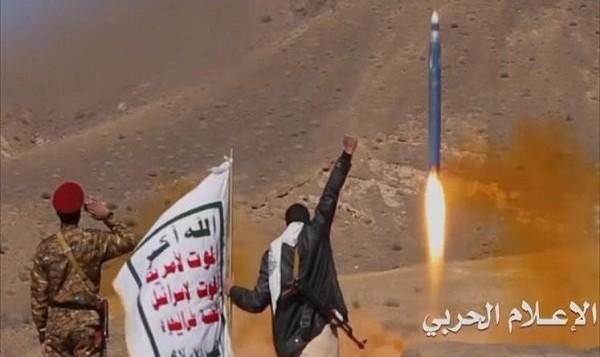 پدافند هوایی عربستان باز راکت حوثی ها را منهدم کرد / کشته شدن فرمانده شبه نظامیان ائتلاف سعودی در سواحل غربی یمن