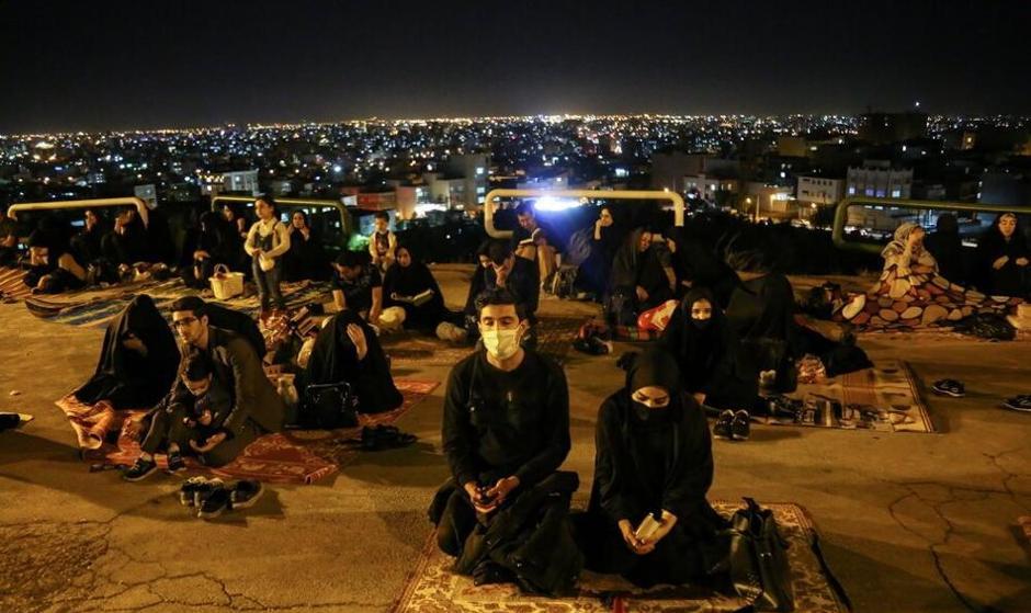 تصاویر: مراسم احیای شب قدر پشت دربهای بسته مسجد جمکران قم