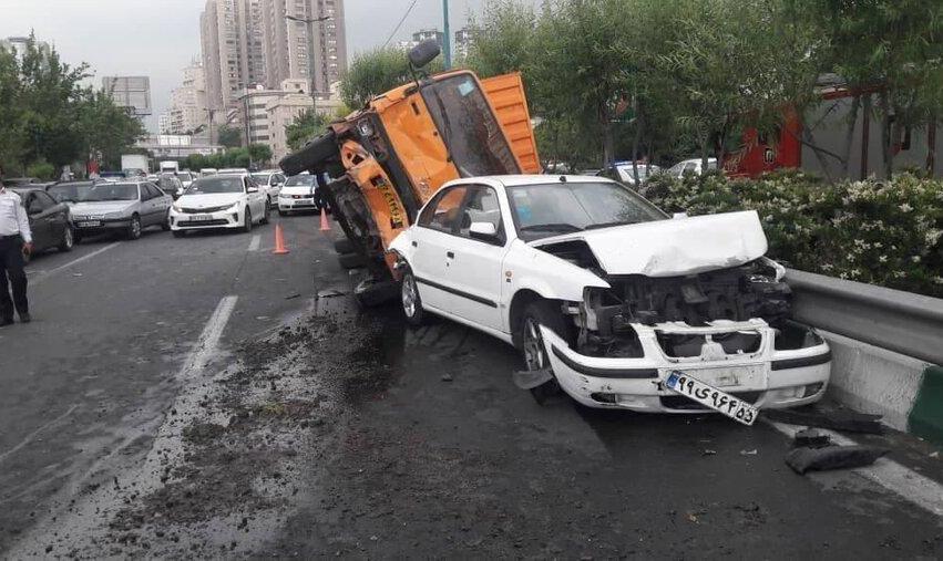 تصاویر تصادف زنجیرهای  ۸ خودروی سواری میلیاردی در بزرگراه مدرس