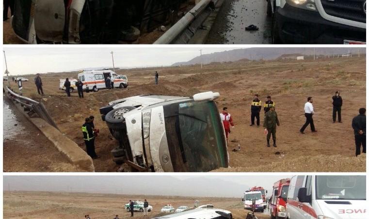 واژگونی مینیبوس زائران هندی در در مسیر مشهد- قم: یک کشته و ۲۸ مصدوم
