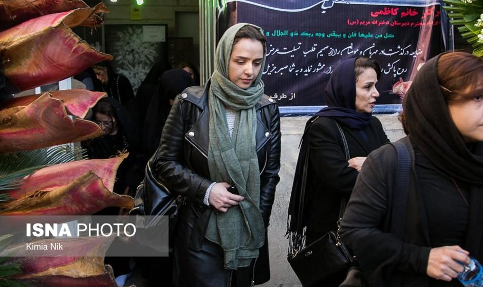 عکس شرکت ترانه علیدوستی و برخی چهرههای سیاسی فرهنگی در مراسم ترحیم مادر زهرا رهنورد