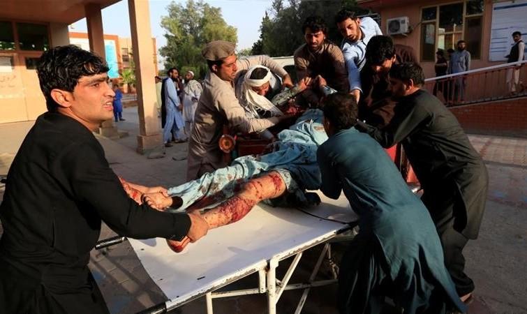 انفجار در اجتماع طالبان و سربازان افغانستان در حال تبریک عیدفطر به یکدیگر: بیش از ۱۰۰ کشته و زخمی