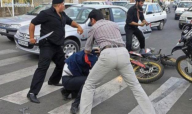 مرگ اخلاق و آرامش: دعوای «تبری» رانندهها وسط اتوبان آزادگان برسر سبقت و حمله به خودروی حامل کودک ۴ ماهه