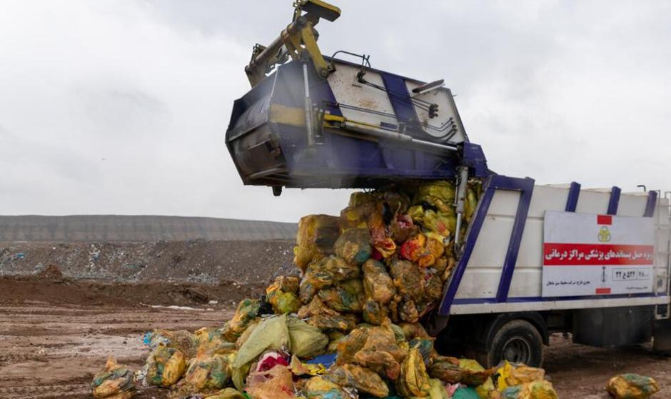 با شیوع کرونا حجم زباله عفونی بیمارستان ها ۳۰ درصد افزایش پیدا کرده است: تصاویر دفن زبالههای بیمارستانی در آرادکوه
