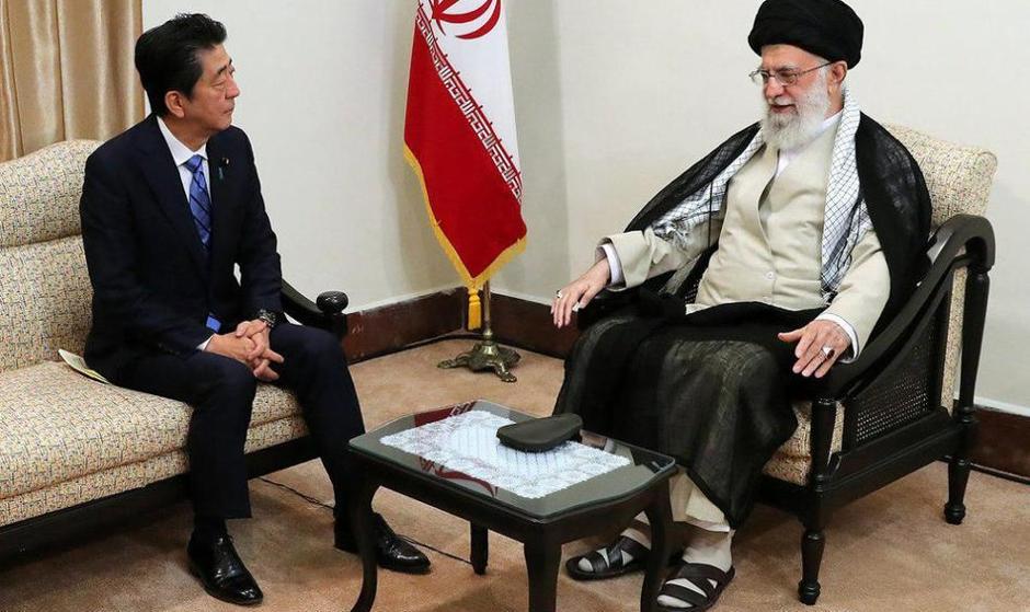 آب پاکی آیتالله خامنهای روی دست نخست وزیر ژاپن: ترامپ را شایسته مبادله پیام نمیدانم  چون مذاکره تحت فشار را هیچ ملت عاقلی نمی پذیرد