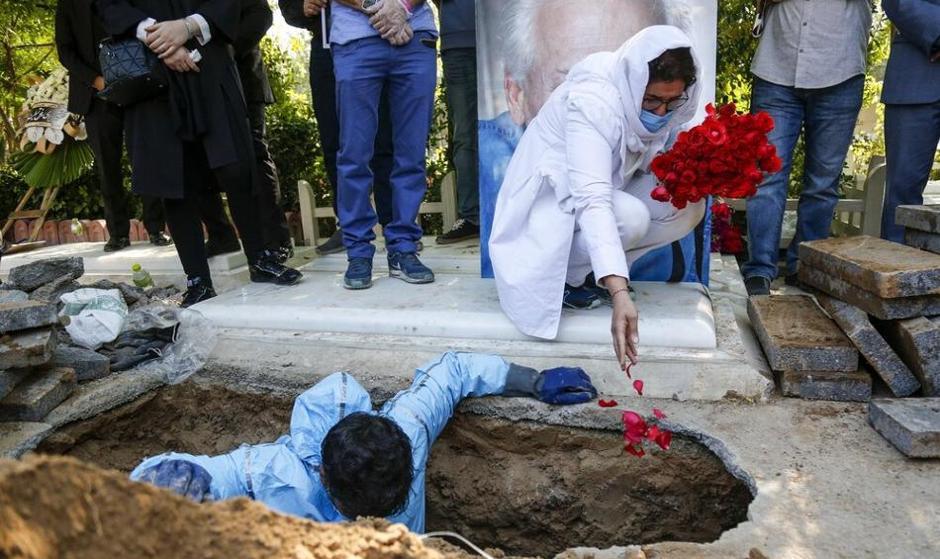 مراسم خاکسپاری مرحوم اکبر عالمی در فضای کرونایی